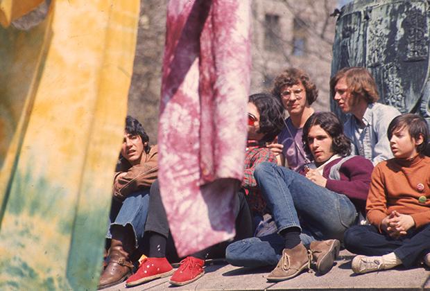 Фото: Hulton Archive / Getty Images Группы хиппи празднуют День Земли 22 апреля 1970 года. На переднем плане рубашки, раскрашенные методом тай-дай — одно из изобретений хиппи-моды.